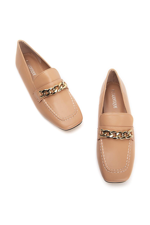 Nude loafers με χρυσή αλυσίδα